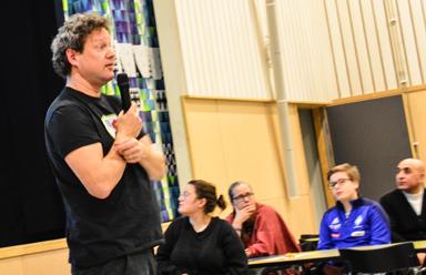 Niklas Herneryd informerar om hur vi kan underlätta för kommunens nya invånare att komma in i sitt nya hemland.