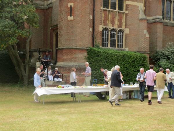<div>Picknick utanför kapellet vid Selwyn College</div>
