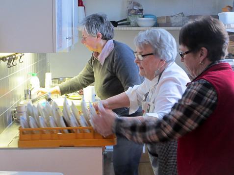 Utan Birgitta och Ing-Marie Nilssons bidrag hade de här damerna fått stå vid diskbaljan hela eftermiddagen. Med hjälp av en modern diskmaskin går jobbet på ett nafs.