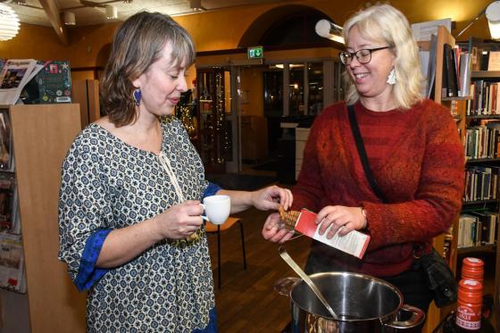 Här får Marie Olofsson själv smaka på både glögg och pepparkaka.