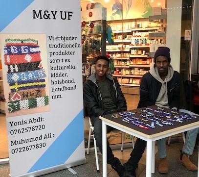 Varför inte satsa på ett uttrycksfullt armband till jul? Muhamud Ali och Yonis Abdi var nöjda med affärerna.