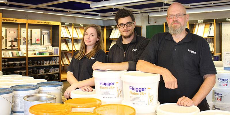 I färgbutiken. Emma Tunefjord, Tony Thilander och Leif Tunefjord hjälper boråsarna att hitta både rätt färg och rätt kulör. Måleritips ingår.