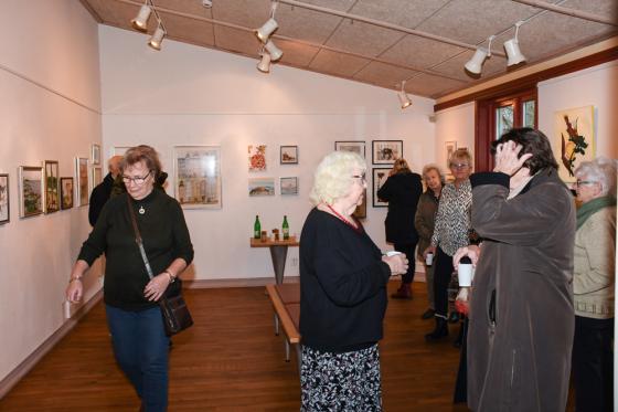 Intresserade och konstnärer minglade runt i Galleri Odinslund.