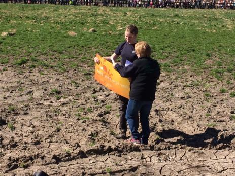 Några minuter innan korna släpptes ut fick Alma Hagskär ta emot Lions check av Kristina Rubér.