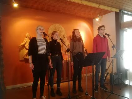 Den skönsjungande och tonsäkra sånggruppen Fyrton medverkade i Frösve. Fr vänster Noomi Elm, Linn Kinnerbäck Lake, Klara Wachtmeister och Petter Sjöqvist. De bjöd på ett mycket uppskattat program.