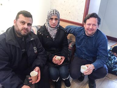 Jaber Smari och Abir Alshik kom till Bollebygd från Syrien 2014. Här tillsammans med Niklas Herneryd som bland annat ansvarar för mötesplatsen Knutpunkten i Stationshuset i Bollebygd.
