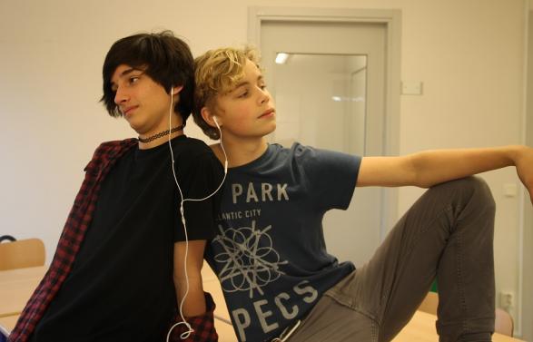 Elliot och John poserar alltid när de lyssnar på musik.