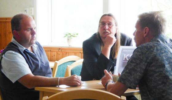 Bollebygdsambassadören Stefan Hederdal i diskussion med Sassi Wemmer och Peter Rosholm.