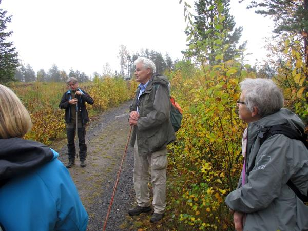 Guiden Lars Högberg berättar kunnigt om historiska lämningar